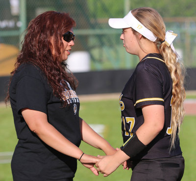 Image: Italy Lady Gladiator head coach Tina Richards shares encouraging words with her first-baseman, and daughter, Brycelen Richards(17).